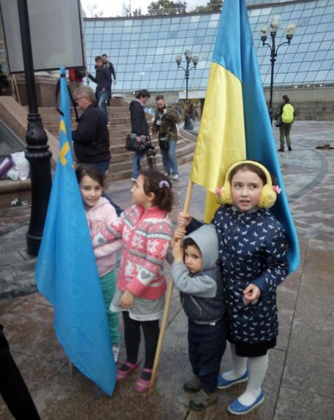 Crimean Tatar children with Ukrainian and Crimean Tatar national flag.